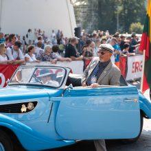 Iš Vilniaus išlydėti istoriniai Baltijos kelią menantys automobiliai