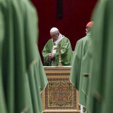 """Popiežius vaikų lytinį išnaudojimą prilygino """"žmonių aukojimui"""""""