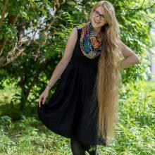 Ilgiausių plaukų savinininkė nemėgsta aplinkinių dėmesio