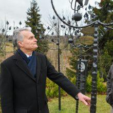 Medsėdžiuose – dar viena simbolinė obelis Darbėnų litvakams atminti