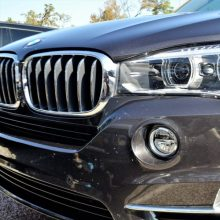 Girtas BMW vairuotojas taranavo mopedą