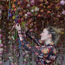 Gėlių fėja, tapanti paveikslus ore: meilė gamtai užkoduota jos kraujyje