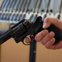 Po žodinio konflikto vyras trims jaunuoliams grasino ginklu