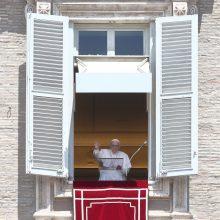 Prieš kelias savaites operuotas popiežius pasirodė Vatikano rūmų lange
