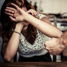 Stipriai apgirtusiam tėvui – įtarimai smurtu prieš paauglę dukrą