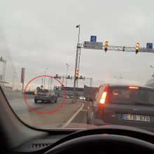 Kauniečiai užfiksavo pasiklydusį vairuotoją: prieš eismą bandė pasukti į kairę