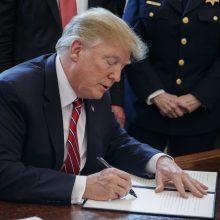 D. Trumpas pirmąkart paskelbė veto, kad skirtų finansavimą sienai su Meksika