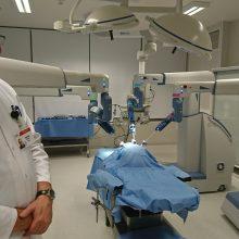 Antrajai roboto asistuojamai ginekologinei operacijai ruošiasi Akušerijos ginekologijos departamento vadovas Raimondas Šiaulys ir operacinės slaugytoja Roma Venskutė.
