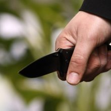 Pažįstamas gatvėje vaikinui smogė peiliu <span style=color:red;>(policija ieško įtariamojo)</span>