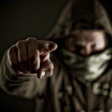 Naktį į butą įsiveržę vyrai mušė ir peiliu badė šeimininką