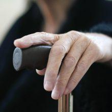 Rumpiškės gatvėje plėšikas pargriovė 85 metų moterį