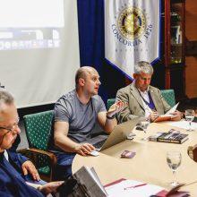 """Susitikime su uostamiesčio """"Rotary"""" klubo nariais kriminalinės dokumentikos žurnalistas D.Dargis pastebėjo, kad vienas labiausiai žmones dominančių klausimų – verslo ir nusikalstamo pasaulio saitai."""
