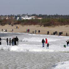 Sekmadienį iki pietų ant į jūrą nutįsusio ledo fotografuotis lipo ne vienas klaipėdietis ir jiems tiesiog pasisekė, kad neįlūžo.