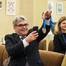 Įspūdžiai: klaipėdietis parlamentaras G.Vaičekauskas, Seime apžiūrinėdamas medalius ar dovanų gautus kamščiatraukius, patiria įvairių emocijų.
