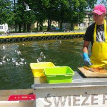 Tradicija: Darlovo centre žvejai tiesiog krantinėje skrodžia ir pardavinėja šviežią žuvį.