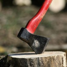 Kauno rajone – kruvinas konfliktas: moteris kirviu sužalojo vyrą