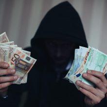 Pareigūnais ir teisininkais apsimetę asmenys iš vyro išviliojo 9 tūkst. eurų