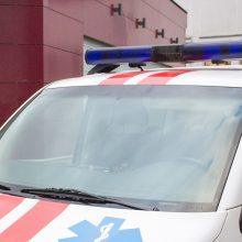 Telšių rajone stovėjimo aikštelėje automobilis partrenkė moterį ir paspruko