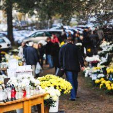 Prekybos bumas prieš Vėlines: vienam pirkėjui tenka 10 žvakių