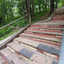 Keistas sprendimas: Vytauto parko laiptų pakopas tvarko montažinėmis putomis
