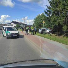 Avarija Ramučiuose: nukentėjo moteris, apgadinta tvora, nulaužta pušis