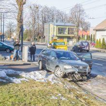 """Per avariją Žaliakalnyje """"Volkswagen"""" rėžėsi į kioską"""