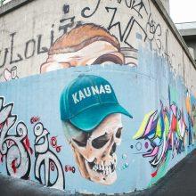 Nauji piešiniai ant sienos Nemuno krantinėje: menininkai palaidojo Kauną?