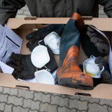 Pareigūnų įspėjamasis protestas: Seimo nariams įteikė naudotų batų ir pirštinių