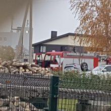 """Avarija Garliavoje: """"Mazda"""" apsivertė, trys žmonės atsidūrė ligoninėje"""