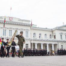 Auga pasitikėjimas Prezidento institucija ir kariuomene