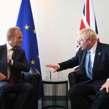 """D. Tuskas kaltina B. Johnsoną bandant permesti kaltę dėl nesėkmingų """"Brexit"""" derybų"""