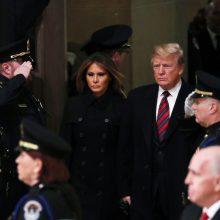 D. Trumpas su žmona pagerbė Kapitolijuje pašarvotą eksprezidentą