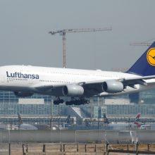 """""""Lufthansa"""" atšaukia skrydžius į Kiniją ir iš jos, """"Ikea"""" uždaro parduotuves"""