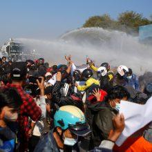 Mianmaro sostinėje policija protestuotojus apšaudė guminėmis kulkomis