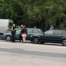 Avarija Jonavos gatvėje: kelio nepasidalijo du automobiliai