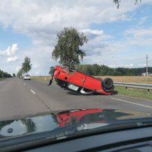 Avarija Panevėžio rajone: automobilis apsivertė ant stogo