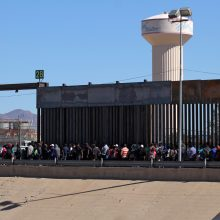 D. Trumpas skelbia siunčiantis ginkluotus karius į Meksikos pasienį