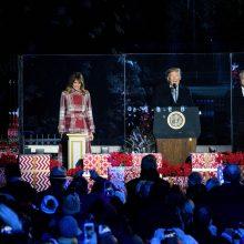 D. Trumpas su žmona įžiebė pagrindinę JAV Kalėdų eglę