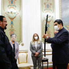 Veiksmo filmų žvaigždė S. Seagalas padovanojo Venesuelos prezidentui kardą