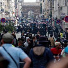 Prancūzijos policija ašarinėmis dujomis vaikė protestus prieš suvaržymus dėl viruso