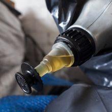 Iš kaminų į aplinką jau rūksta automobilių alyva