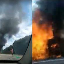Autostradoje Klaipėda–Kaunas sudegė mikroautobusas