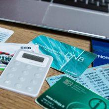 Bankų kodų kortelių sparčiai atsisakoma