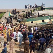 Dviejų traukinių susidūrimo Pakistane aukų padaugėjo iki 63