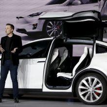 """Vingiuotas """"Tesla"""" kelias į Lietuvą: leidimą prekiauti medžiojo ilgai"""