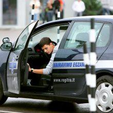 Saugumo sistemos automobiliuose vairuotojo nepakeičia