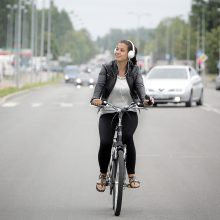 Dviratininkų lenkimas: vairuotojai apie 1,5 m atstumą pamiršta