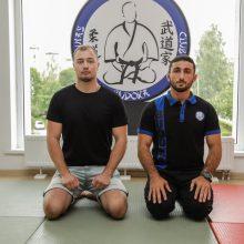 MMA kovotojas H.Lukošiūnas <span style=color:red;>(kairėje)</span> semiasi patirties iš dziudo meistro