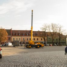 Rotušės aikštėje pradedama montuoti kosminė Kalėdų eglė