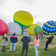 Pirmoji šventės diena: oro balionai Santakos parke nuo žemės nepakilo